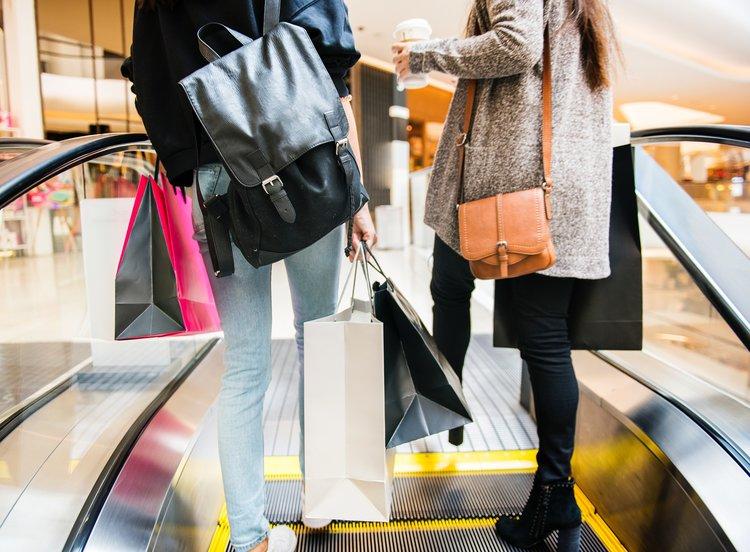 Jenter med handleposer på shopping